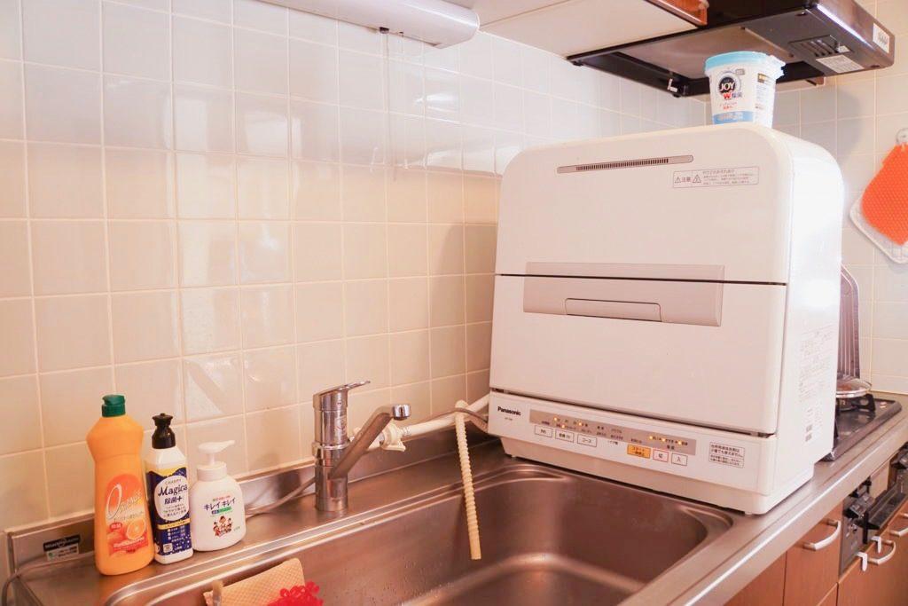 狭いキッチンに食洗機を置いた画像